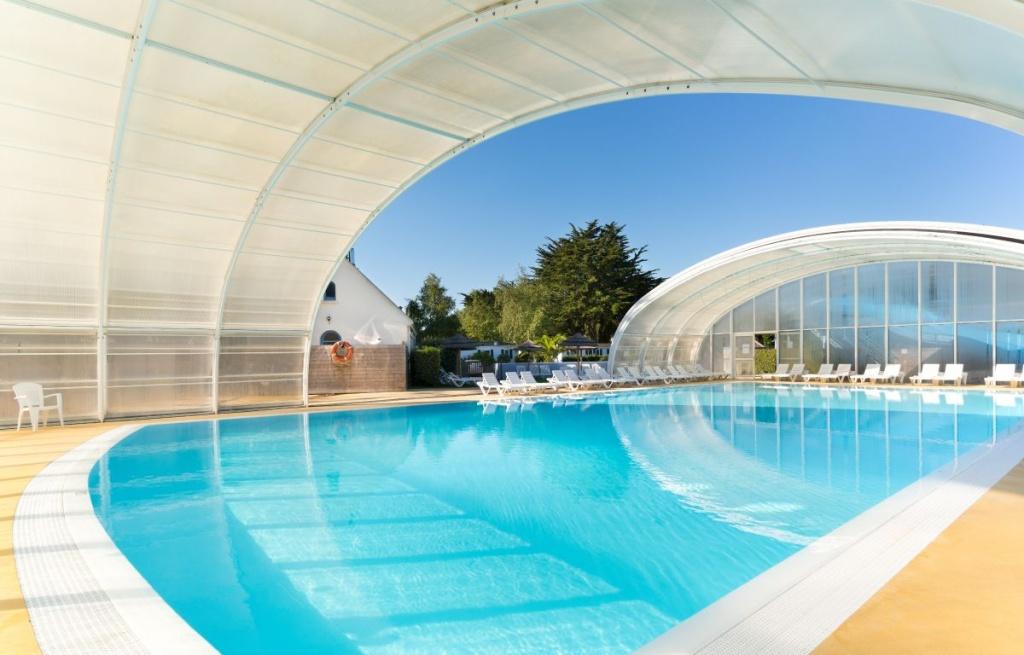 Camping bretagne met binnenzwembad camping met verwarmd for Camping dordogne piscine couverte